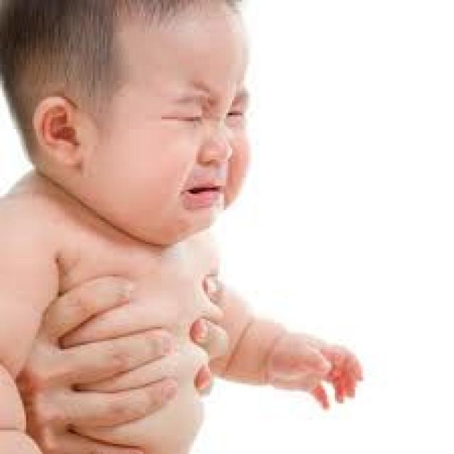 Khóc dạ đề ở trẻ sơ sinh – Dùng mẹo hay dùng thuốc?